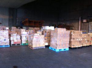 東日本大震災福一漁業の倉庫に入りきらなくなった支援物資