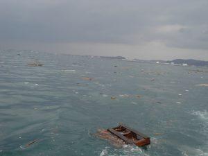 東日本大震災海面に浮かぶ大量のゴミ