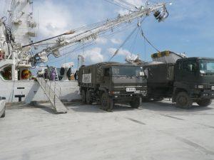 支援物資を自衛隊のトラックに積み込む